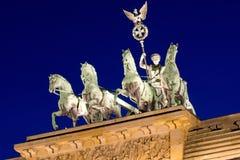 在Brandenburger突岩顶部的四马二轮战车 免版税图库摄影