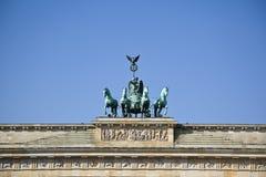 在Brandenburger突岩(勃兰登堡门)顶部的四马二轮战车 图库摄影