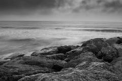 在Branksome脊椎海滩的岩石 免版税库存照片