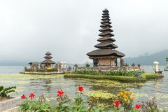 在Bratan湖的水寺庙 免版税库存图片