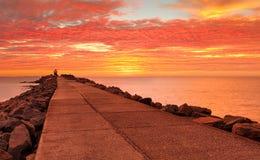 在Breakwall的引起轰动的红色日出天空 库存图片