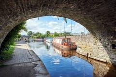 在Brecon运河水池波伊斯威尔士英国的一条小船 免版税库存照片