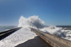 在brekwater的波浪在波尔图,葡萄牙 免版税库存照片