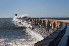 在brekwater的波浪在波尔图,葡萄牙 库存图片