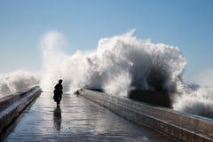在brekwater的波浪在波尔图,葡萄牙 库存照片