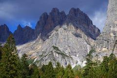 在Brenta白云岩的秋天风景在一美好的天 库存照片