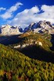 在Brenta白云岩的秋天风景在一美好的天 图库摄影