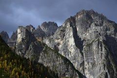 在Brenta白云岩的秋天风景在一美好的天 免版税库存图片