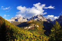在Brenta白云岩的秋天风景在一美好的天 免版税库存照片