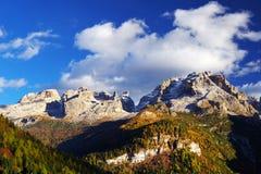在Brenta白云岩的秋天风景在一美好的天 库存图片