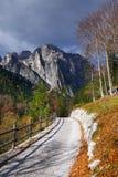 在Brenta白云岩的道路山在美好的秋天天 免版税库存图片