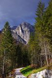 在Brenta白云岩的道路山在美好的秋天天 库存图片