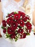在brideâs现有量的婚礼花束 库存图片