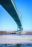 在Bridge大使下的冰 免版税库存图片