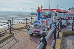 在Bridlington海滨人行道的公路列车 免版税库存图片