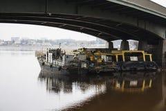 在brige下的小船 免版税库存照片