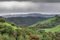 在Briones地方公园的多雨云彩 免版税库存照片