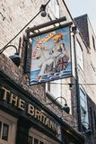 在Brittania客栈的入口的标志在里士满,伦敦,U 库存图片