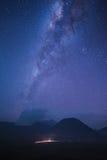 在bromo山的银河 库存照片