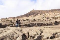 在Bromo火山的一对夫妇 免版税库存图片