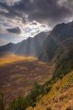 在Bromo腾格尔塞梅鲁火山国家公园的光芒光 图库摄影