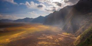 在Bromo腾格尔塞梅鲁火山国家公园的光芒光 库存图片