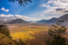 在Bromo腾格尔塞梅鲁火山国家公园的登上Batok 免版税库存图片