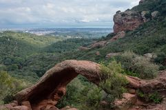 在Bruguers, Catalunya附近的自然岩石曲拱形成 免版税图库摄影