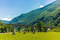 在Brusio在瑞士阿尔卑斯- 12附近的圆高架桥桥梁 免版税库存照片