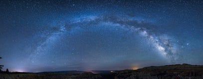在bryce峡谷的全景银河 免版税图库摄影