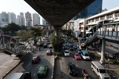 在BTS PhromPhong驻地附近的交通 免版税库存图片