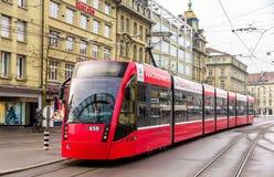 在Bubenbergplatz的西门子Combino电车在伯尔尼 免版税库存照片
