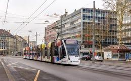 在Bubenbergplatz的西门子Combino电车在伯尔尼 库存图片