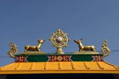 在buddhis寺庙礁石上面的金黄brahma标志在Boudha附近的 库存图片