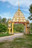 在buddist寺庙前面的门在Nai哈恩,普吉岛 库存照片