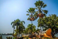 在Bueng Si Fai,有湖的公园的可怕Chalawan鳄鱼雕象Muang区的, Pichit省,泰国 Chalawan 免版税库存图片