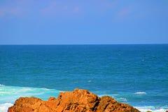 在Buffelsbay海滩的碰撞的波浪 库存图片