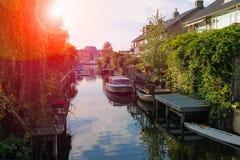 在buidings之间的狭窄的运河 Zwanenburg,荷兰 免版税库存图片