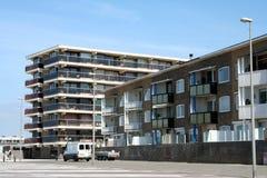 在buidling的appartement前面的空的停车场 免版税库存照片