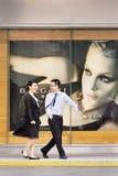 在Bulgari出口前面的快乐的夫妇,上海,中国 免版税库存照片
