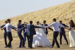 在Burana塔废墟的婚礼聚会,吉尔吉斯斯坦 免版税库存图片