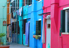 在Burano海岛上的五颜六色的房子在威尼斯附近的在意大利 免版税图库摄影