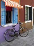 在Burano海岛上的自行车。威尼斯。意大利 图库摄影