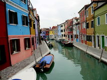 在Burano海岛五颜六色的城市的雨天 库存图片