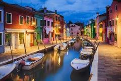 在Burano海岛,威尼斯上的五颜六色的晚上房子 库存图片