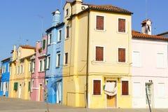 在Burano海岛,威尼斯,意大利上的五颜六色的房子 免版税库存照片