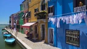 在Burano海岛,意大利地方上的好的明亮地色的房子旅游利益 股票录像