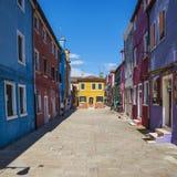 在Burano的五颜六色的街道 免版税库存照片