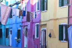 在Burano,威尼斯,意大利海岛上的五颜六色的小,明亮地被绘的房子  免版税图库摄影