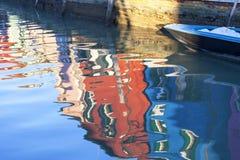 在Burano,威尼斯,意大利海岛上的五颜六色的小,明亮地被绘的房子  免版税库存照片
